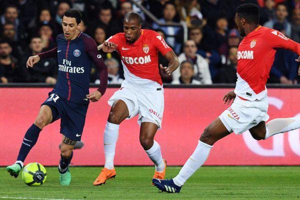 Djibril Sidibé, au centre, n'a plus joué depuis sa blessure lors de ce match contre le Paris Saint-Germain.