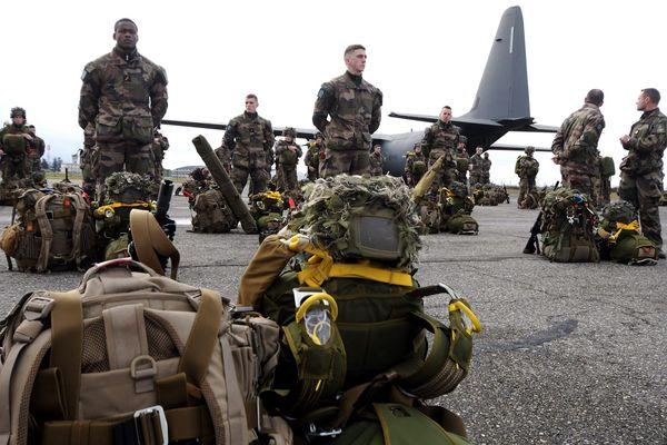 La base aérienne de Francazal près de Toulouse est le point de départ de toutes les opérations d'urgence militaire des parachutistes de l'armée française.