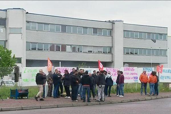 Des salariés de Francéole rassemblés devant les locaux de l'entreprise à Longvic (21)
