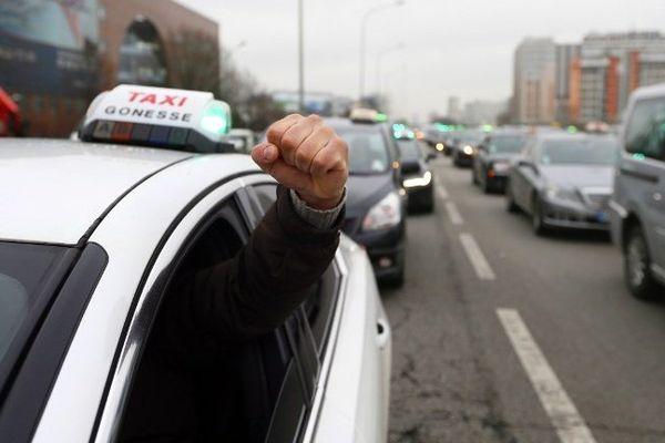 En obligeant les véhicules de tourisme avec chauffeur à respecter un délai de réservation de 15 minutes, le gouvernement espère calmer la grogne des taxis (pas concernés par ce décret, y compris les radio-taxis) qui voient d'un mauvais oeil la concurrence de ces véhicules, qu'ils jugent déloyale.