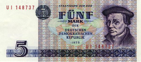 Un billet de cinq marks d'Allemagne de l'Est.