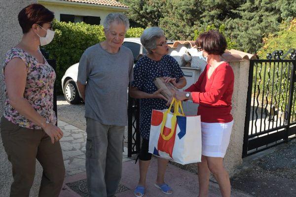 Lors du premier confinement, au printemps, les élus et agents municipaux livrent les paniers-repas aux personnes âgées.