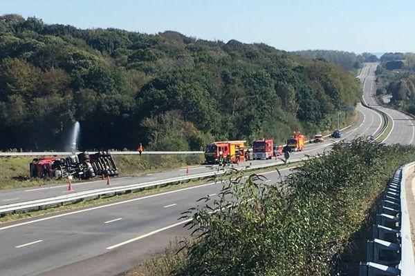 Les pompiers arrosent la citerne du camion accidenté pour éviter que la température du butane ne monte - RN 165 à Loperhet
