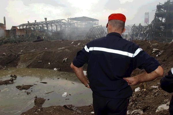 Un pompier au-dessus du cratère de l'usine AZF, le 22 septembre 2001.
