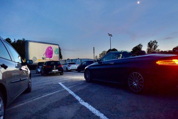150 personnes , dans leurs voitures, ont assisté à la première séance drive-in à Caen ce 27 mai. Un film projeté chaque soir ou presque.