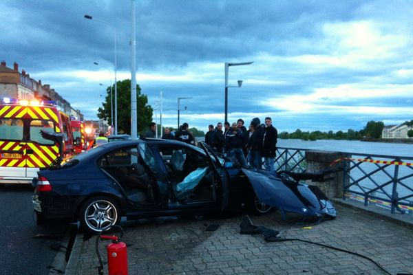 La BMW a pulvérisé la barrière sur le quai Jaurès