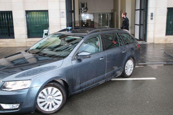 Une voiture de police sort du palais de justice de Bruxelles avec à l'intérieur Ali Oulkadi, en 2016.