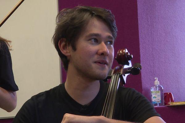 """""""Ici, on joue avec des amis. C'est joyeux. Je crois que c'est pour le plaisir donc a vraiment envie de rentrer sur scène et de jouer"""" explique Alec Fukuda, violoncelliste du quatuor Kalik,"""