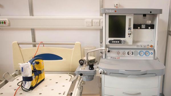 Exemple d'un respirateur, récemment installé dans la chambre d'un hôpital de Londres