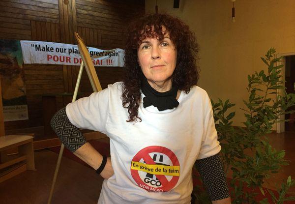 """Christine Ludes arbore fièrement un tee-shirt """"Un grève de la faim"""" pour montrer son engagement."""