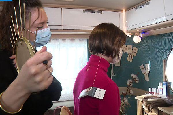 Tiphaine lors d'une séance d'essayage d'une perruque thérapeutique.