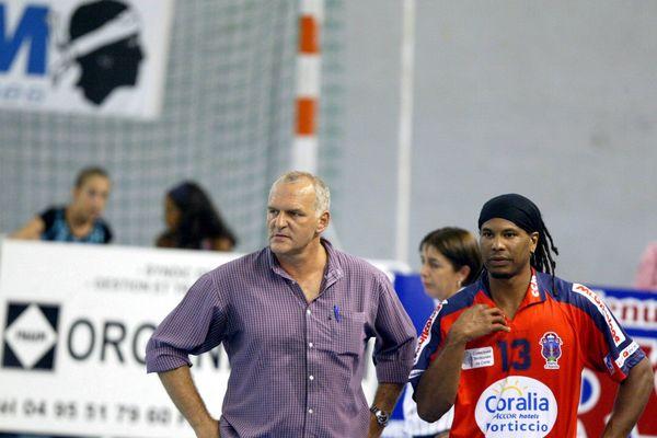 Jean-Michel Roche (à gauche), en 2003, lors d'un match Ajaccio (qu'il entraînait) contre Poitiers.