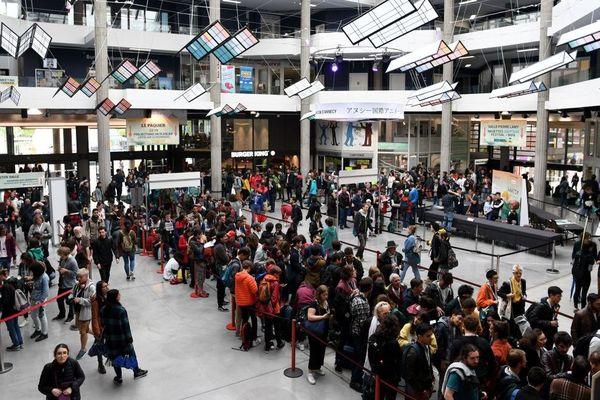 Les spectateurs font la queue dans le hall du centre Bonlieu où ont lieu les projections.