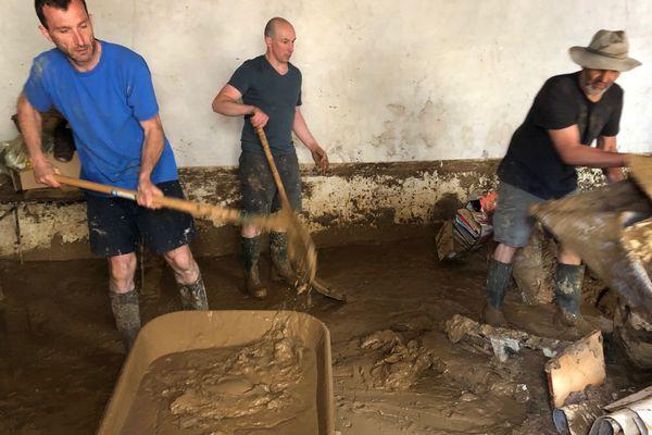 À Puiseux-en-Retz, la boue a pénétré jusque dans l'église.