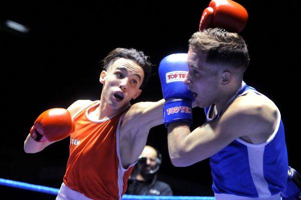 Billal Bennama (rouge) remporte le titre de champion de France amateur face à Jean-François Savarino