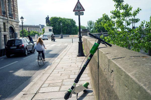 Les trottinettes en free floating doivent-elles être traitées comme des motos, ou des vélos ? Anne Hidalgo et Christophe Castaner ne sont pas du même avis (illustration).