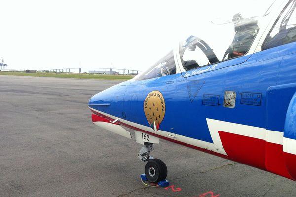 Un Alphajet de la patrouille de France sur l'aéroport de Saint-Nazaire