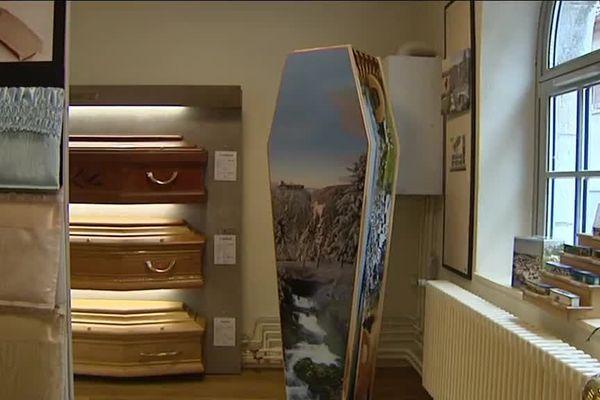 A Pontarlier, des cercueils customisés avec des photos de la région...