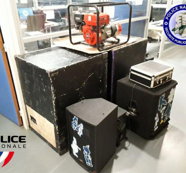 Le matériel de sonorisation et d'alimentation a été saisi par les services de police.