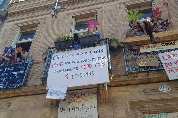Depuis ce balcon toulousain, les colocataires de cet appartement affichent des pancartes et animent le quartier des Chalets en musique.