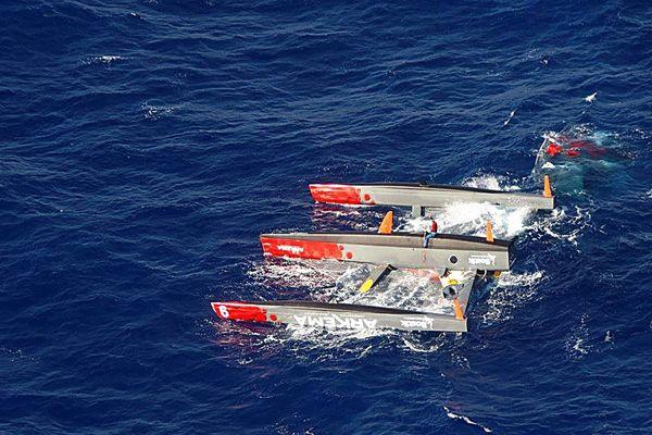 Lalou Roucayrol sur son trimaran photographié par la Marine Nationale lors d'un survol.