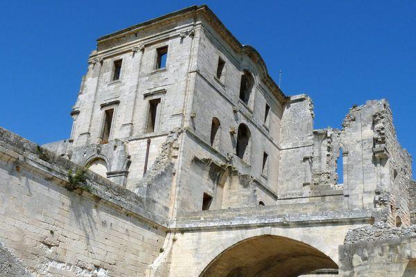 Gérard Traquandi  a eu carte blanche pour organiser une exposition autour du monument datant du 12ème siècle.