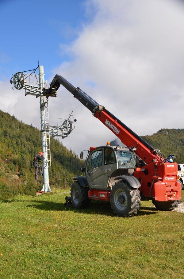 Cinq pylônes et 300 mètres de câbles ont été démontés.