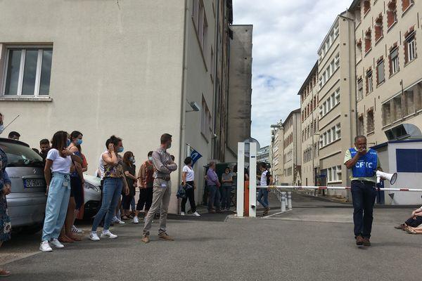 Rassemblement de certains employés du centre financier de la Banque Postale de Limoges. Ils craignent une fermeture de ce centre.
