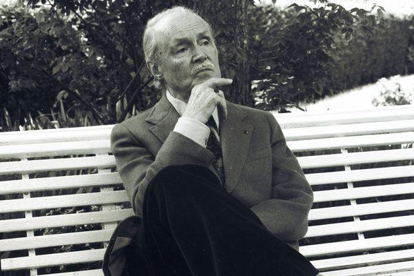 L' écrivain et académicien Maurice Genevoix le 05 juin 1974 dans sa maison des Vernelles à Saint-Denis-de-l'Hôtel dans le Loiret.