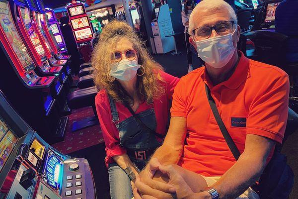 Alain et Joëlle, devant les machines à sous du casino de Lille.