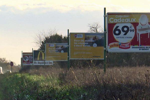 Panneaux publicitaires à l'entrée des Poitiers