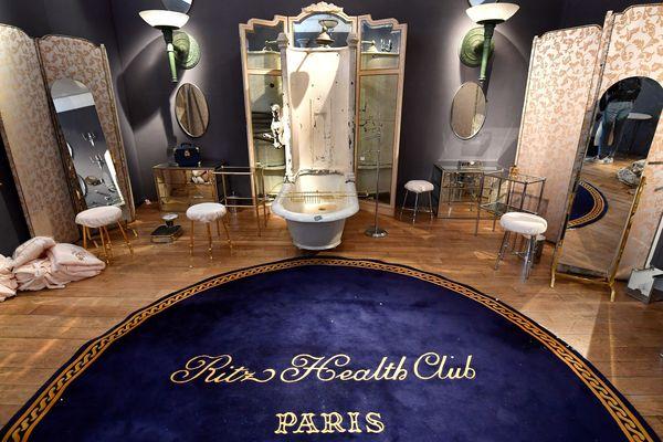 Reconstitution d'une salle de bain du Ritz. Tous les objets sont mis en vente.
