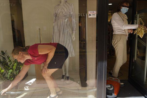 À Menton, les commerçants se préparent pour la réouverture des magasins prévue le lundi 11 mai.