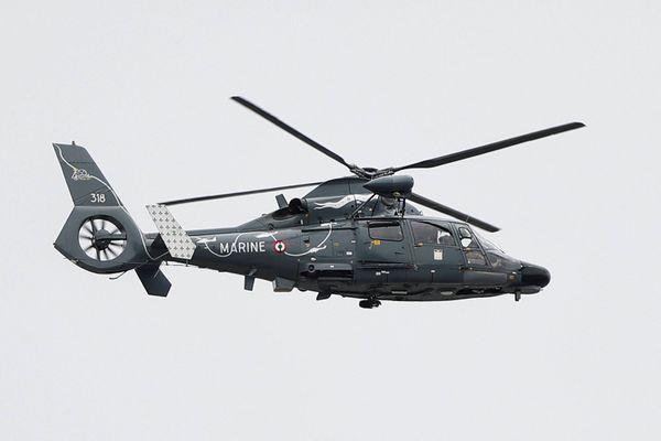 Le marin pêcheur a été transporté à l'hôpital de La Rochelle à bord d'un hélicoptère Dauphin de la Marine Nationale.