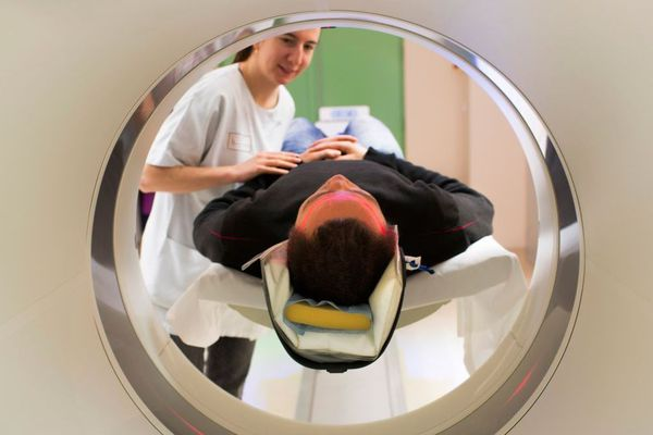 """52 jours, c'est le délai moyen d'attente pour une IRM dite """"d'urgence"""" en Bretagne."""