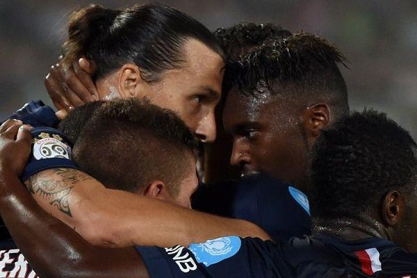 Les joueurs Parisiens félicitent Zlatan Ibrahimovic après son premier but lors du Trophée des Champions, remporté 2-0 face à Guingamp. Le premier titre d'une longue série ?