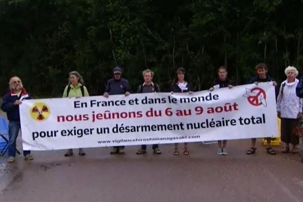 Le collectif anti-nucléaire a manifesté ce samedi matin 8 août devant l'entrée du CEA de Valduc