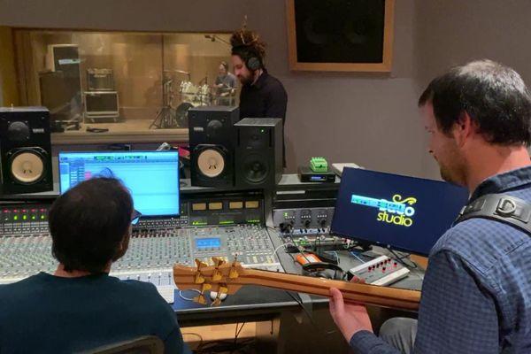 C'est dans leur propre studio bordelais que les membres de Danakil enregistrent actuellement leur prochain album, qui doit couronner vingt ans de carrière.