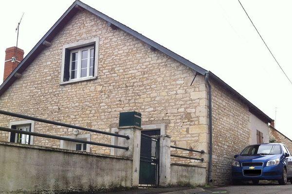 Un homme de 42 ans a été abattu lundi soir en pleine rue devant la maison occupée par sa mère à Mareuil sur Arnon (Cher). Son assassin présumé a été interpellé par les gendarmes et placé en garde à vue.