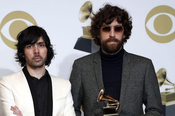 Gaspard Augé, à droite, avec un Grammy Awards en main.