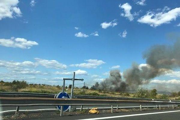 Le feu de végétation qui s'est déclenché le long de l'autoroute A9 est observable depuis l'autre rive de l'étang de Thau.