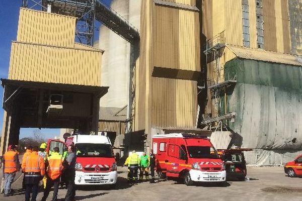 Un incendie s'est déclaré dans un silo de la zone industrielle Nord de Chalon-sur-Saône, en Saône-et-Loire, vendredi 6 mars 2015.
