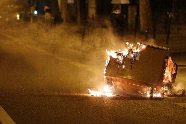 Des poubelles incendiées et des tirs de mortiers d'artifice ont été signalés dans des villes des Hauts-de-Seine et de Seine-Saint-Denis