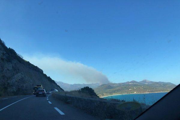 le panache de fumée provoqué par l'incendie se voit d'une une bonne partie de la Balagne