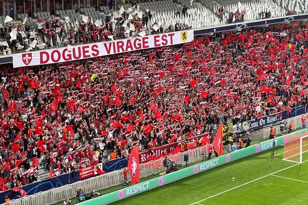 Avant l'entame de match, les supporters chantent et encouragent les Lillois.