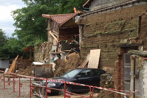 La dépendance de la maison de Jacqueline et Gabriel a été frappée par la foudre vers 18h à Orléat, dimanche 10 juin.