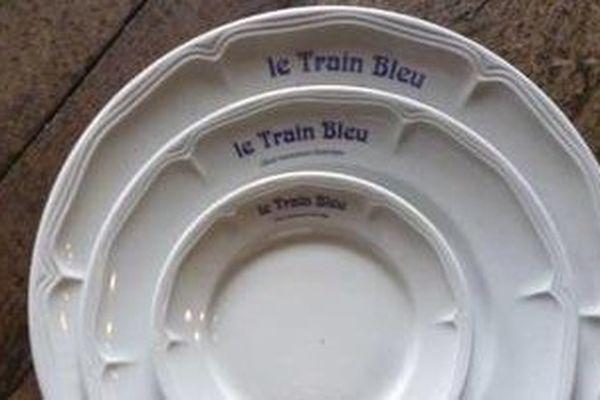 Service en porcelaine Siglé Le Train Bleu Classé Monument Historique Comprenant : 12 grandes assiettes de présentation, 12 assiettes de table (ou à tartare), 12 assiettes à dessert (ou à pain), 12 assiettes creuses Au total 48 pièces  Estimation 300-400 €