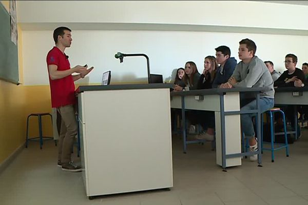 Rémi Canton du CNES donne  une conférence au Lycée Largenté de Bayonne