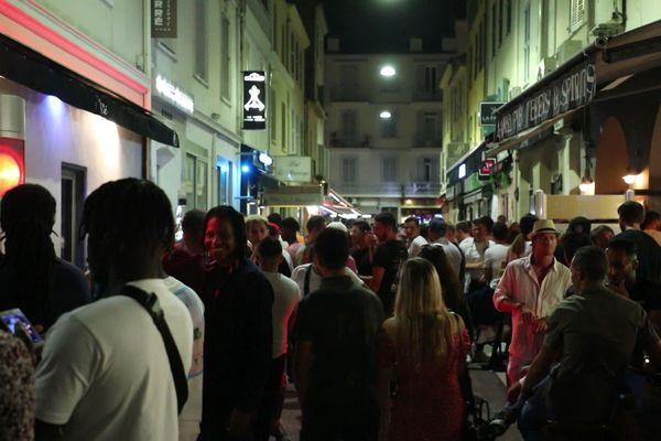 Dans les bars et les restaurants de Cannes, peu de personnes portent le masque ou respectent la distanciation sociale.