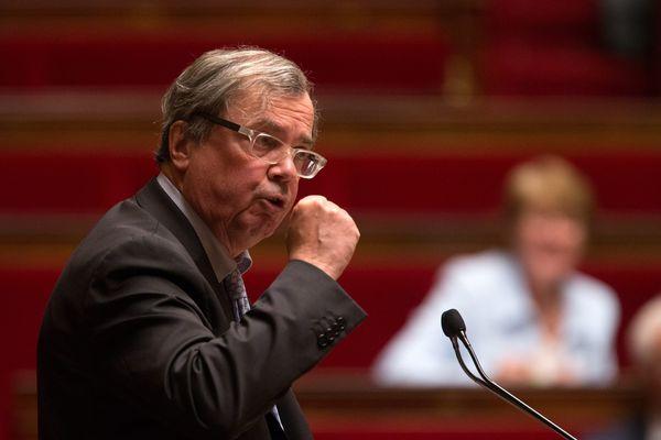 Alain Tourret dans l'hémicycle de l'Assemblée Nationale durant la séance de débat sur la motion de censure déposée après l'utilisation du 49 3 pour la loi travail - Mai 2016